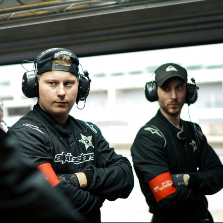 Die Crew verfolgt das Rennen in der Box.